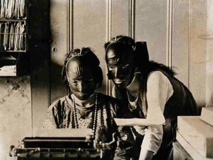 Mujeres usando antiguas máscaras de belleza