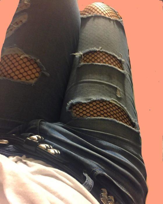 medias de red bajo pantalones rotos