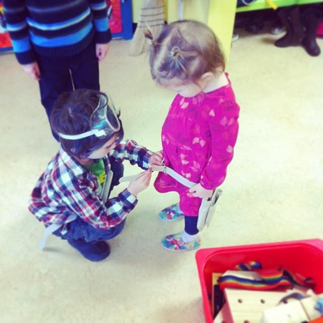 niño abrocha el cinturón de su hermana menor