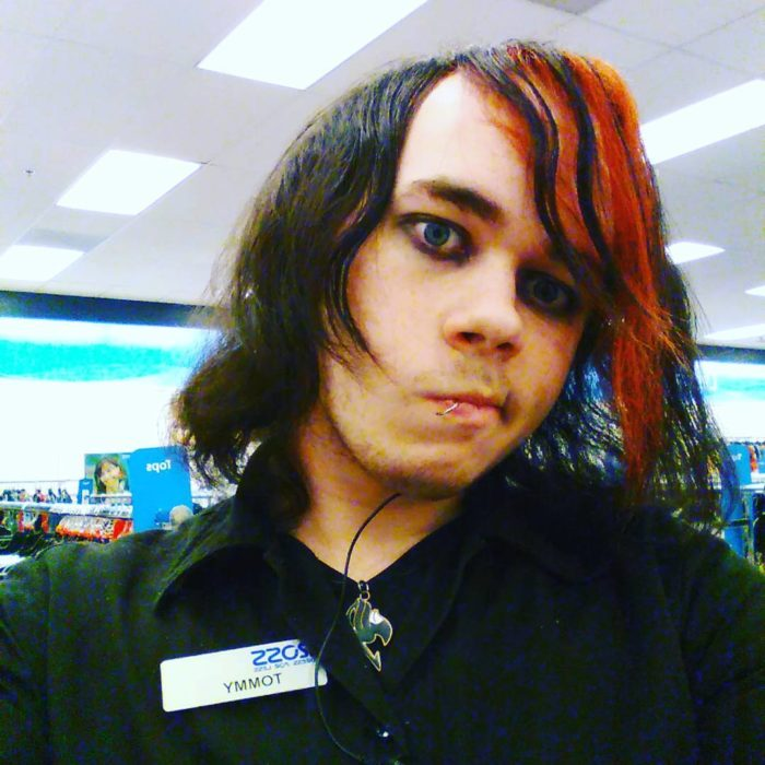 chico emo con mechón color rojo en el flequillo