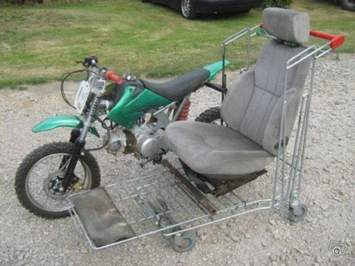 moto con asiento unido encima de un carrito de mandado