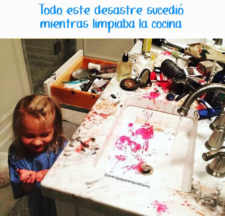 niña destrozó los cosméticos de su madre en el baño