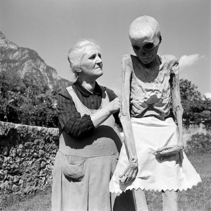 una abuela junto a una momia real