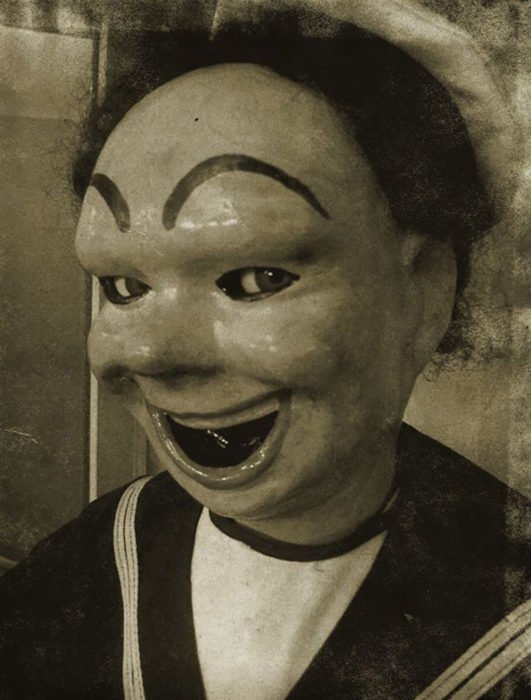 foto antigua de un muñeco sonriendo