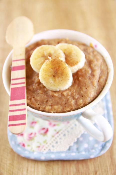 pastel de banana y almendras en una taza
