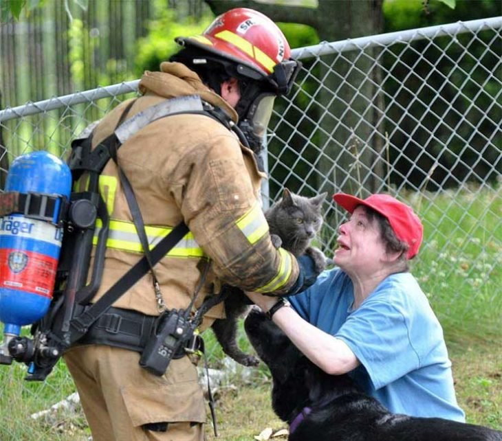 mujer agradece a un bombero que rescató a su gato