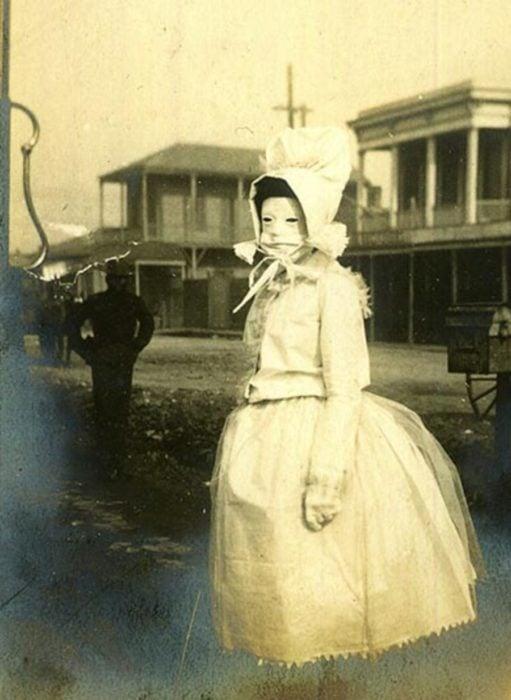 foto antigua de una mujer con máscara