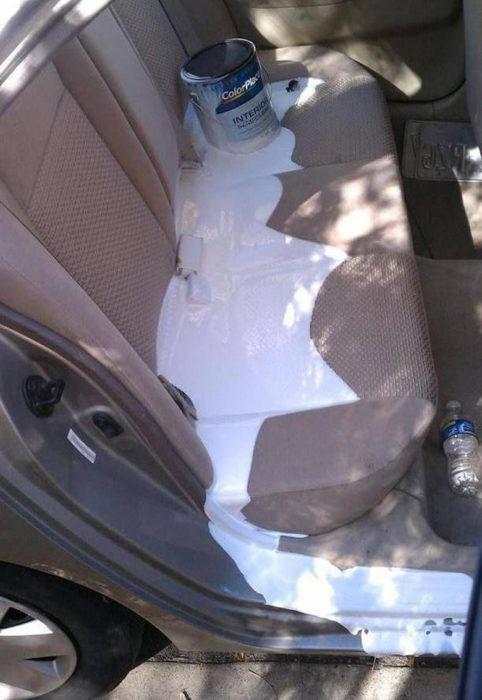 pintura derramada en el asiento del coche