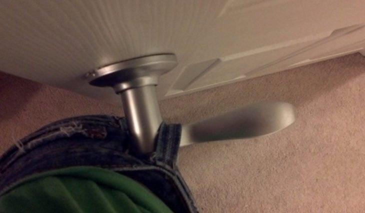 pantalón atorado en la puerta