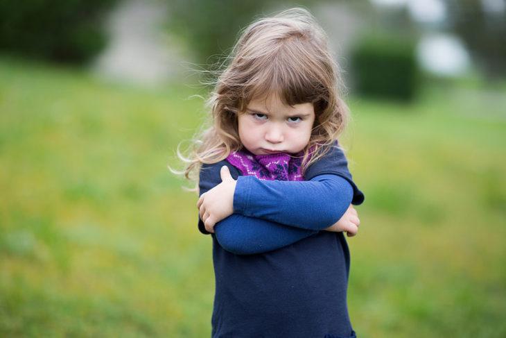 una niña enojada