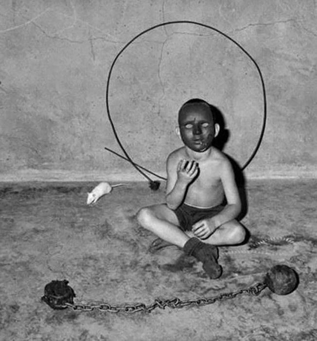 niño usando una máscara negra