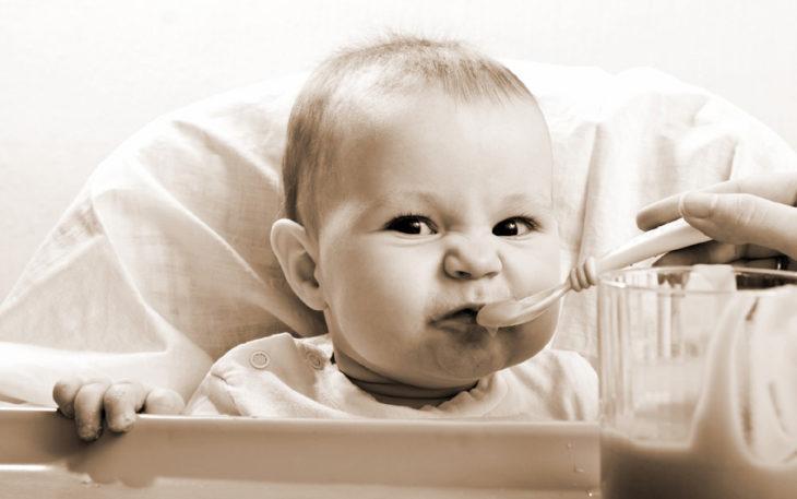 niño haciendo gestos mientras come