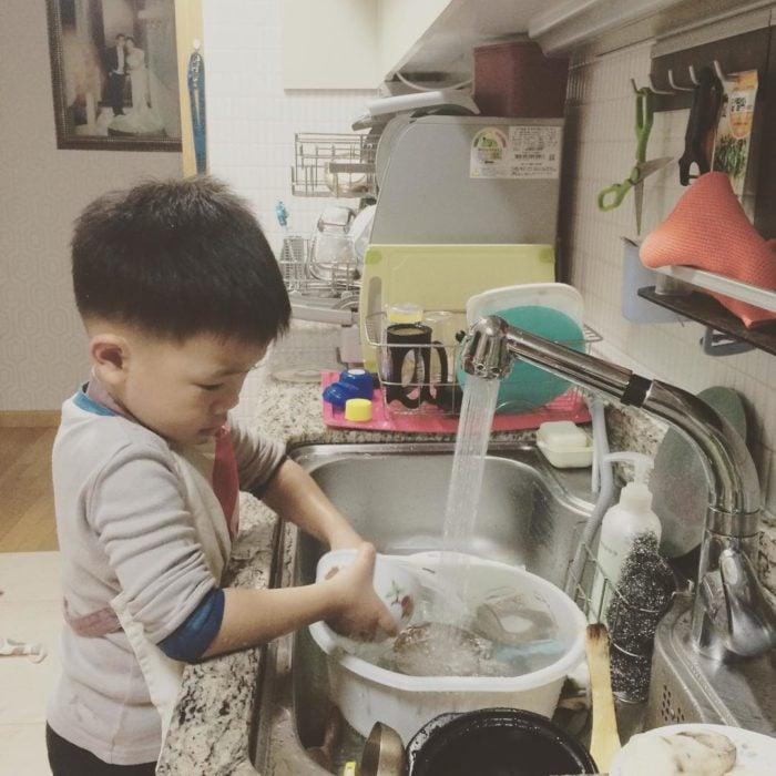 niño lavando la losa