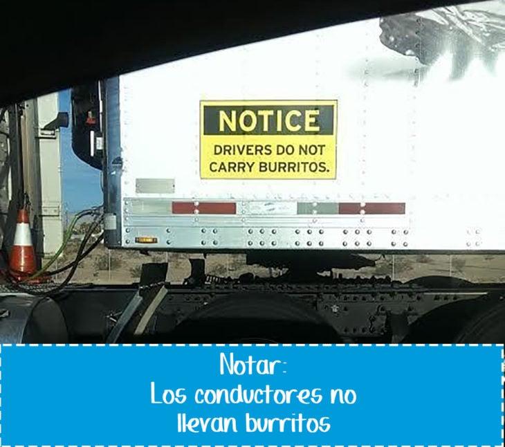 cartel gracioso en vehículo sobre burritos