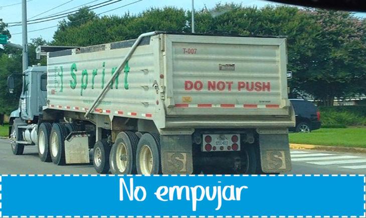 cartel gracioso en vehículo sobre no empujar