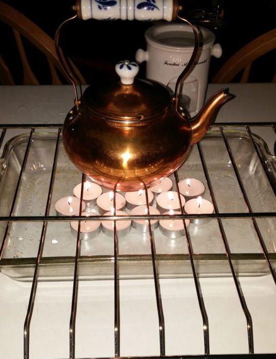 tetera calentada con velas