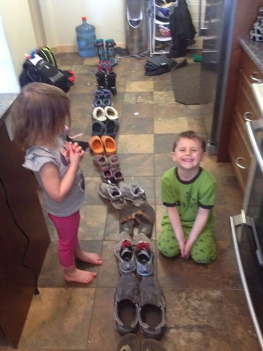 niños ponen en fila los zapatos