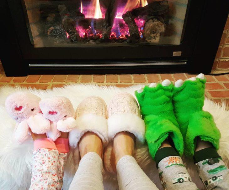 tres pares de pie con pantuflas