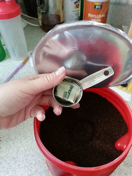 billete en una cuchara de café