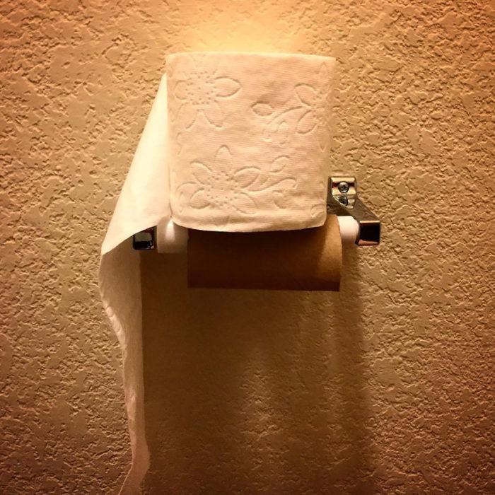 papel higiénico mal colocado