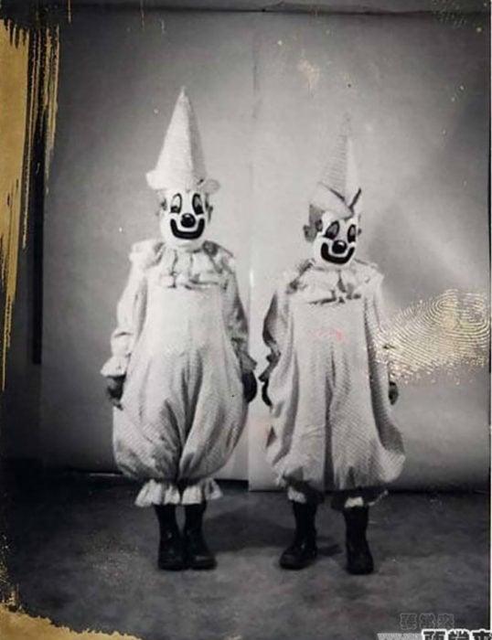 foto antigua de dos payasos