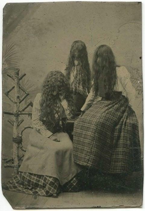 antigua foto de mujeres con cabello largo