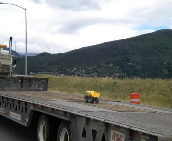 camión de juguete sobre camión real