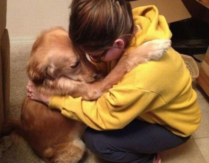 un perro junto a su dueña tratando de animarla
