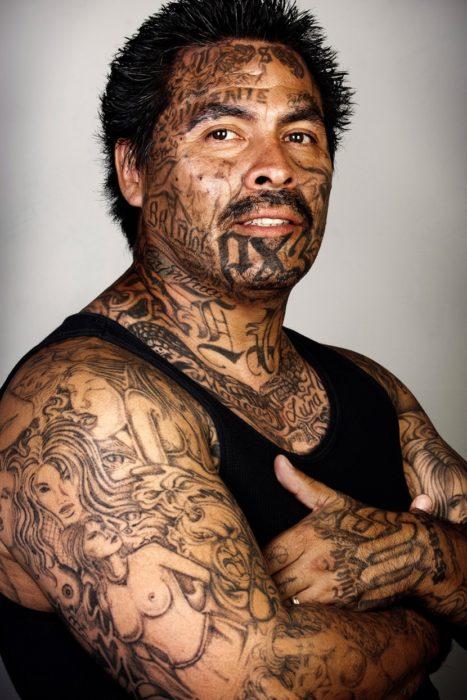 persona con muchos tatuajes