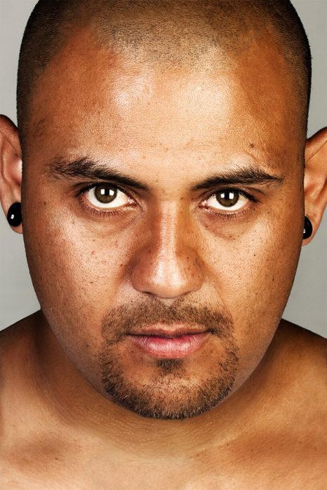hombre con piercing en las orejas