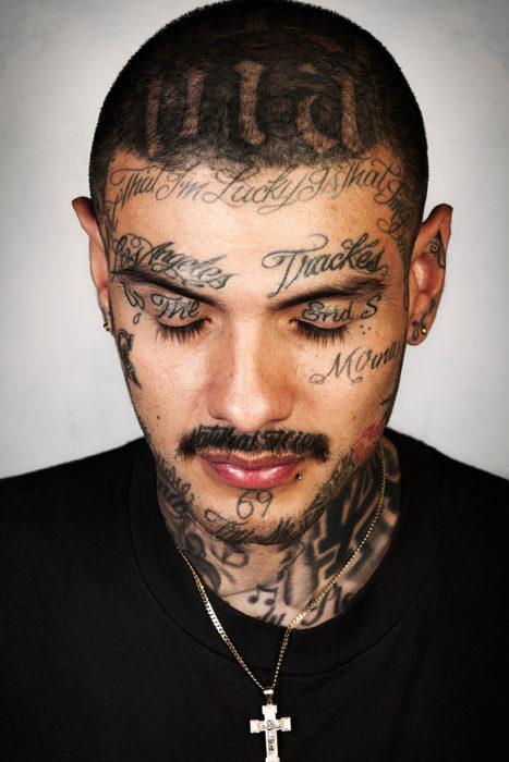 hombre con la cara tatuada