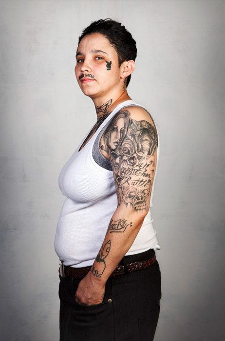 persona con tatuajes