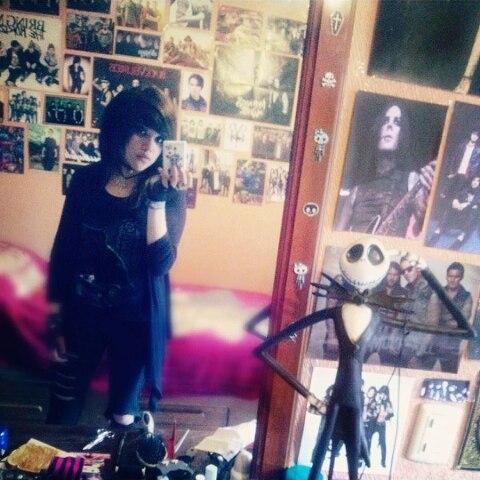 muchacha emo en su habitación