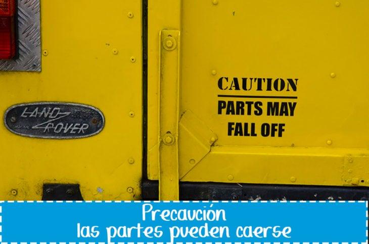 cartel gracioso en vehículo sobre partes que se caen