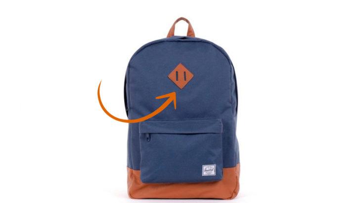 una mochila azul