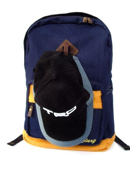 mochila con una cachucha colgando