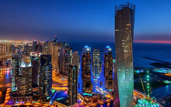 rascacielos de dubai de noche