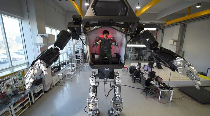 hombre dentro de un robot