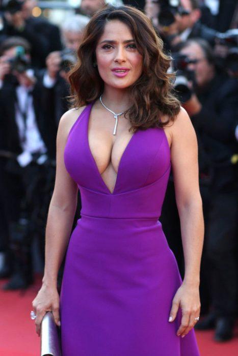 salma hayek con vestido morado