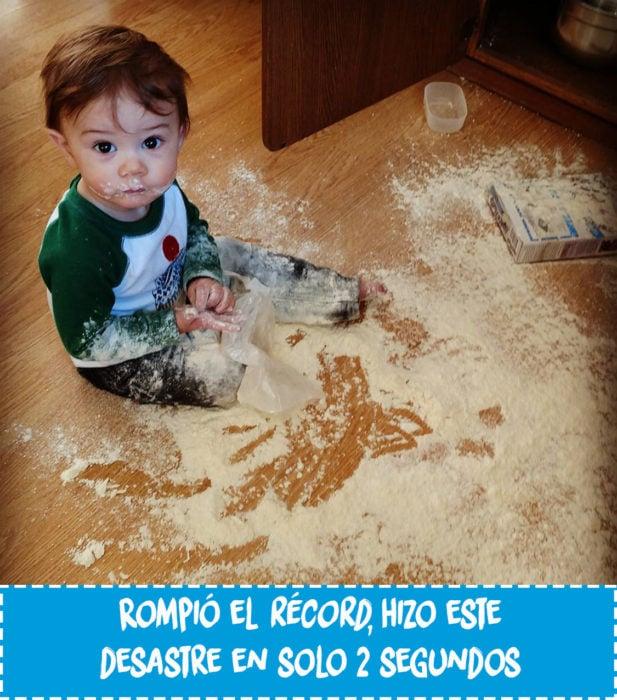 niño con harina tirada en el suelo