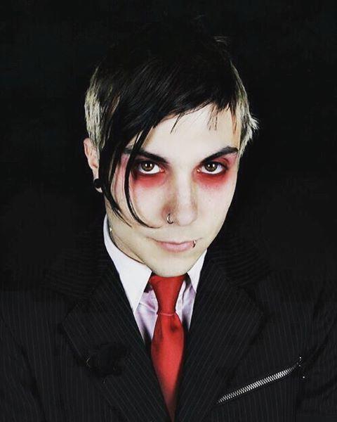 hombre emo con ojeras rojas