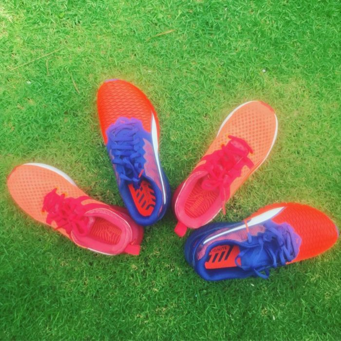 zapatos deportivos sobre pasto