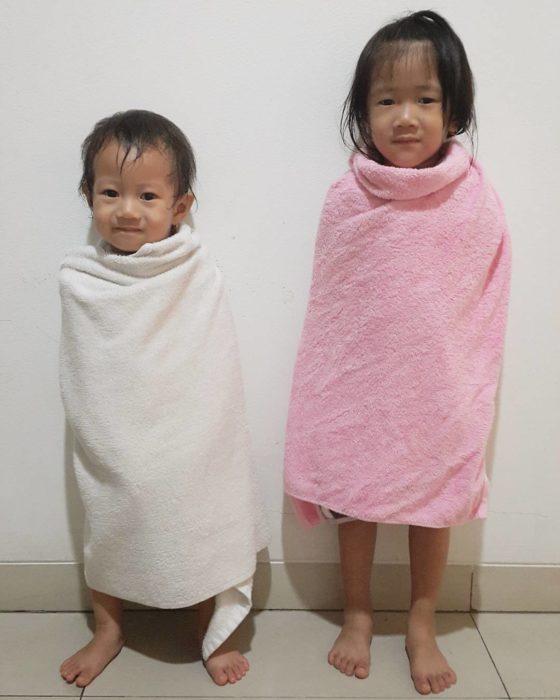 dos niñas envueltas en toallas