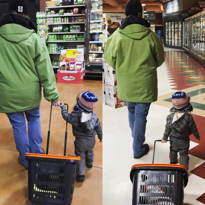 niño sostiene un carrito de supermercado