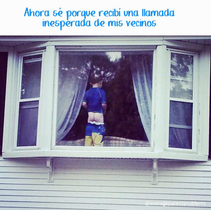 niño enseña el trasero en una ventana