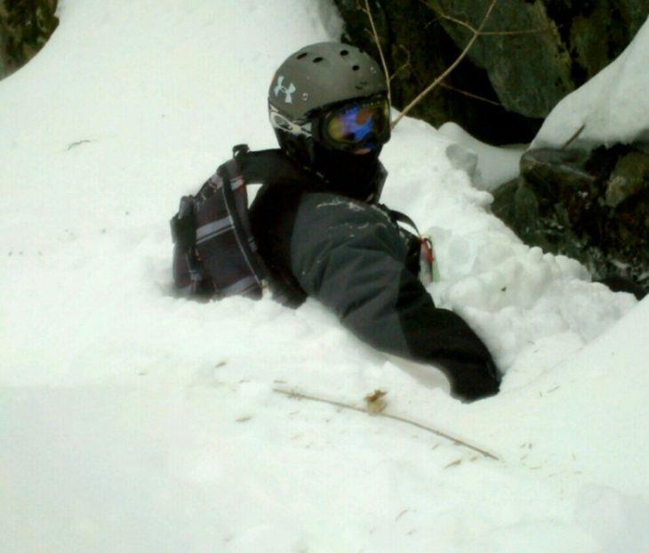 hombre hundido en la nieve