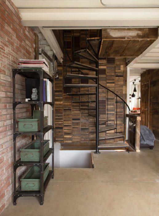 escaleras de la casa construida con vagones de tren