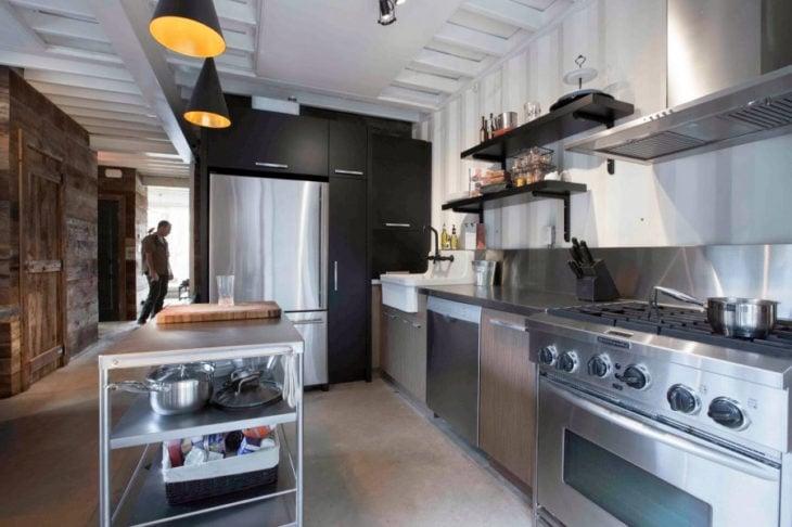 cocina de una casa hecha con vagones de tren