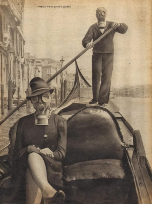 mujer en venecia usando una máscara de gas
