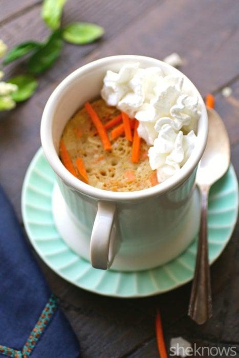 pastel de zanahoria en una taza